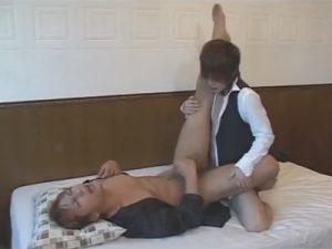 【ゲイ動画ビデオ】イケメンが執事となって御主人様を起こしながらアナルセックスで犯してあげることになるww