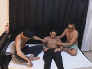 【ゲイ動画ビデオ】マッチョな体の3人が小さめのベッドの上で3Pをしてアナルをえぐりあうことになっちゃうww