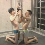 【ゲイ動画】檻の中に囚われた2人の細身の童貞男がアナルセックスで乱れる姿を見せてくれることになるww