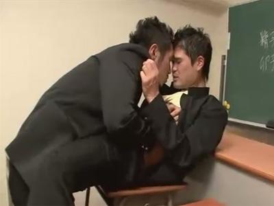 【ゲイ動画】学校の教室の中で2人の学ラン姿の学生カップルがアナルセックスをして愛を確かめちゃうww
