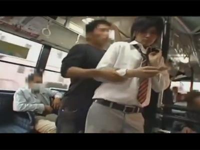 【ゲイ動画】バスの中でイケメン学生が男に痴漢されてしまってズボンを下ろされてフェラや手コキでチンポレイプww