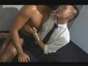 【ゲイ動画】短髪リーマンが覆面ゴリマッチョの筋肉ペニスをしゃぶりハメてもらい舌を出して顔にザーメンをかけられるww