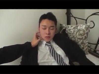 【ゲイ動画】うたた寝中のスーツリーマンに悪戯…勃起チンポを手コキ責めし我慢できずに結局アナルを犯すゴーグルマンww