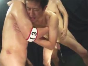 【ゲイ動画ビデオ】ゴーグルマンに身体を支えてもらいながら立ちバックハメ手コキで特濃ザーメンミルクを搾乳されるバリウケww