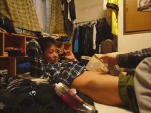 【無修正ゲイ動画】会話から推測するに高学年のDS…ショタコン野郎が家でズルムケのチャイルドチンポをシコってしゃぶるww