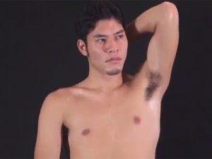 【ゲイ動画】濃い顔の男が裸姿をデッサンされた後にゴーグルマンに拘束されながら犯されちゃうww