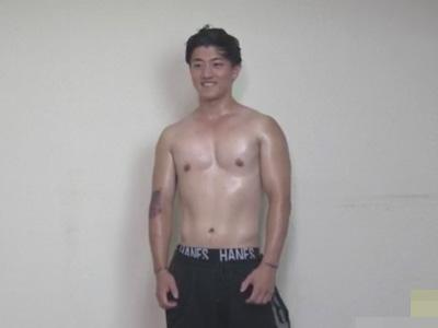 【ゲイ動画】ガチムチ筋肉ノンケイケメンがゴーグルマンのフェラチオや指入れにモロ感し水っぽいザーメンを噴射ww