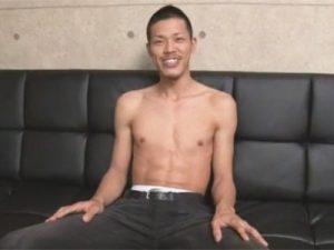 【ゲイ動画ビデオ】高身長のスジマッチョの太マライケメンが男の亀頭責めや手コキやフェラで3分程で絶頂射精ww