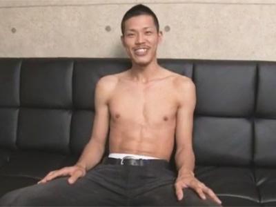 【ゲイ動画】高身長のスジマッチョの太マライケメンが男の亀頭責めや手コキやフェラで3分程で絶頂射精ww