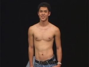 【ゲイ動画ビデオ】イカニモ系の男がゴーグルマンに乳首舐めをされた後にいろいろな体勢でフェラチオされ続けるww