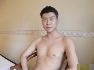 【無修正ゲイ動画】23歳のゲイの素人男性が自慢の巨根をしごいてオナニーをしている姿を見せるww