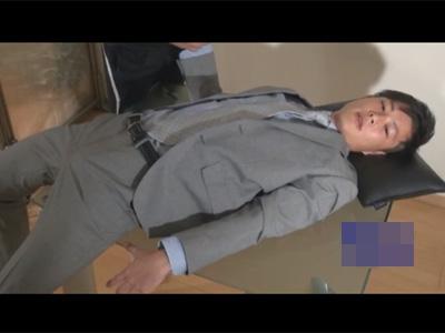 【ゲイ動画】スーツ姿の男が拘束状態で目隠しをされてから電マでチンコを犯され続けてしまうww