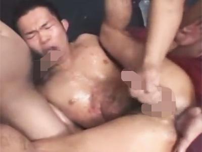 【ゲイ動画】ガッチビなイカホモ君が蝋燭を垂らされながらの乱交SMセックスでガバガバのケツマンをガン掘られww