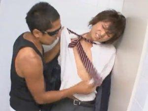 【ゲイ動画ビデオ】学校の制服を着ている可愛い系がゴーグルマンに乱暴に犯されている姿を楽しめるww