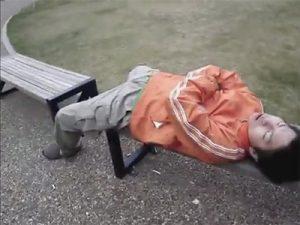 【無修正ゲイ動画】車やベンチで仮眠をしている男たちが知らない間に男にチンコをいじられちゃうww