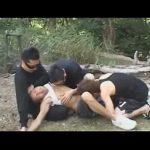 【ゲイ動画】山でアスリート系の男が3人の男に捕らえられて野外でレイプされてしまいアナルセックスで犯された後に顔射されるww