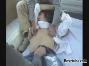 【ゲイ動画ビデオ】ロン毛の学生が2人の男にいきなり緊縛されて車内レイプされることになってアナルセックスで肛門強姦ww