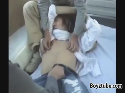 【ゲイ動画】ロン毛の学生が2人の男にいきなり緊縛されて車内レイプされることになってアナルセックスで肛門強姦ww