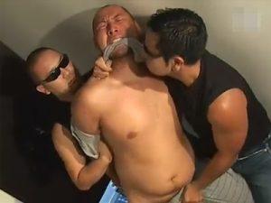 【ゲイ動画ビデオ】坊主頭の少しぽっちゃりしたゲイが2人の男に拘束されてレイプでアナルセックスをさせられるww